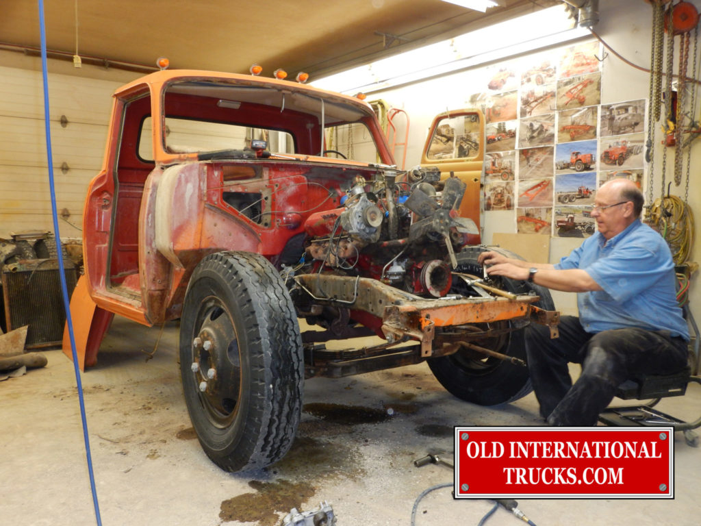 "GEORGE KIRKHAM REMOVING FRONT END PARTS <div class=""download-image""><a href=""https://oldinternationaltrucks.com/wp-content/uploads/2017/11/DSCN6864.jpg"" download><i class=""fa fa-download""></i> <span class=""full-size""></span></a></div>"